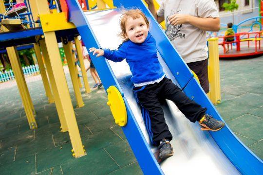bezpieczne nawierzchnie na plac zabaw