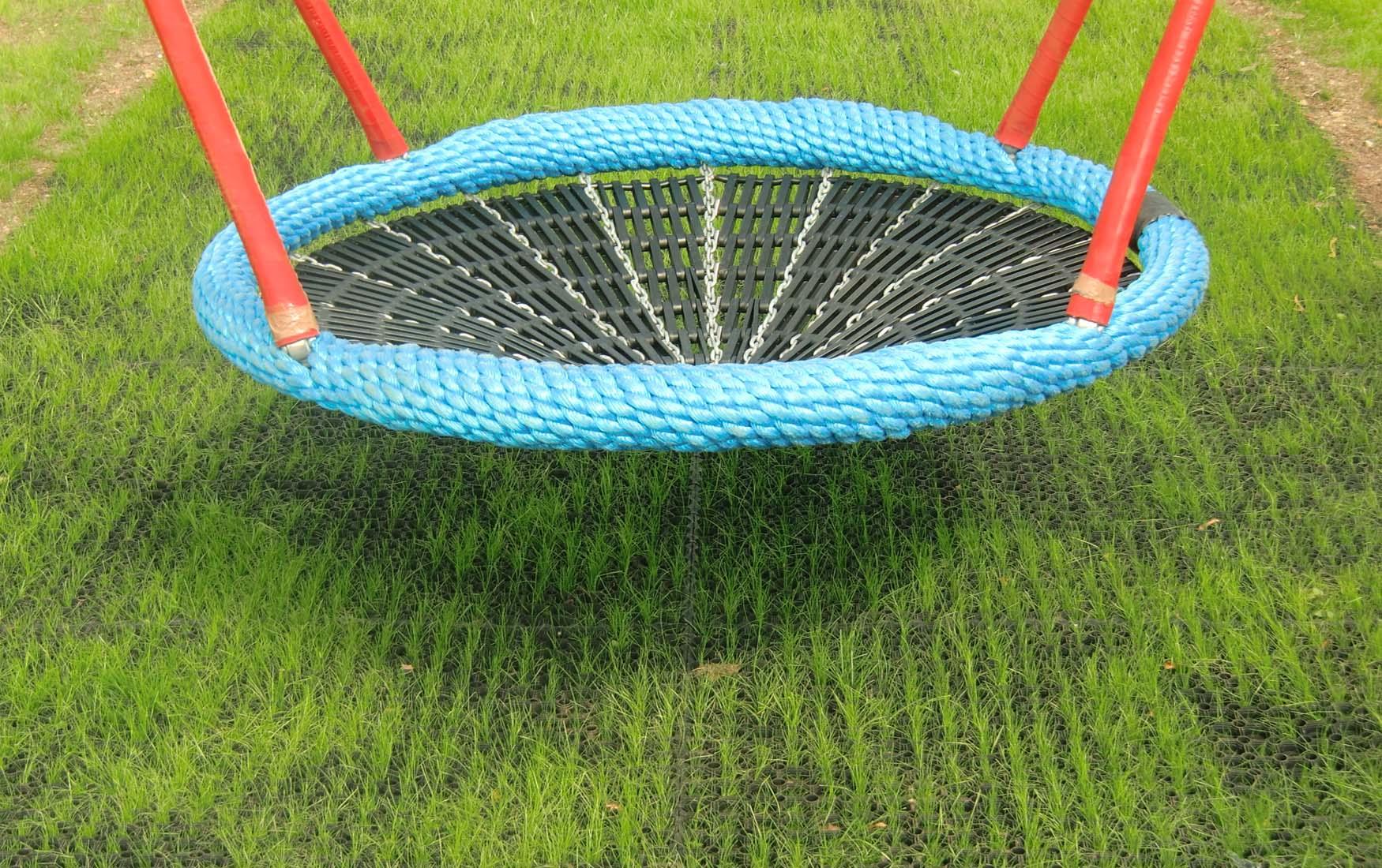 Mata gumowa na plac zabaw z trawą